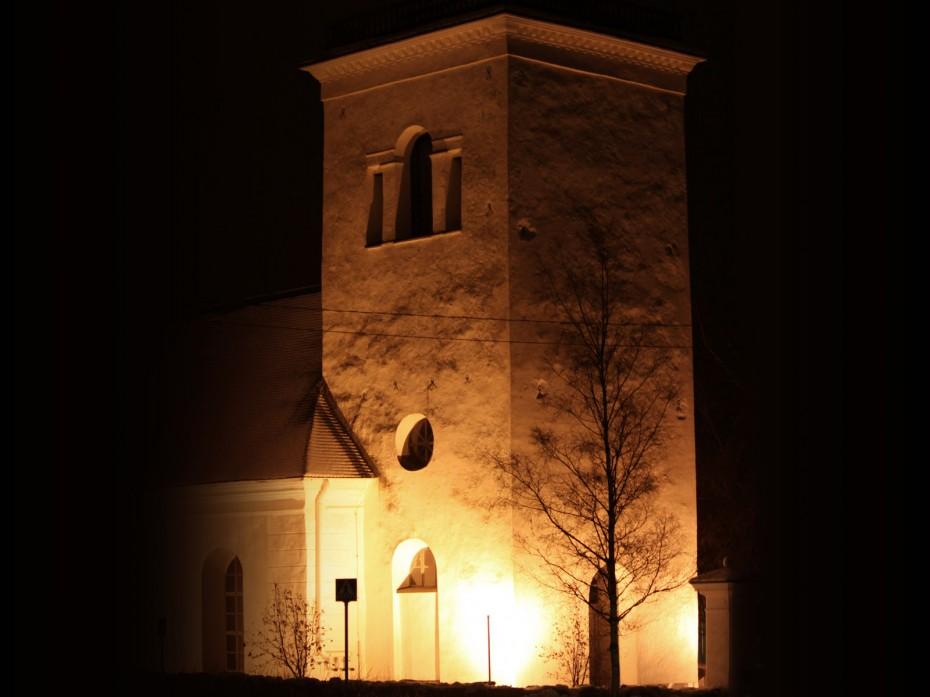 Kirkko Illalla valaistuksessa